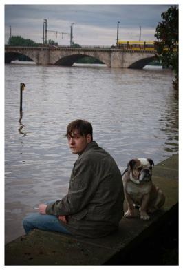 Anwohner mit Hund, Palaisgarten, Elbufer Innere Neustadt. (Resident with dog, Palace Garden, Elbe-riverside.)