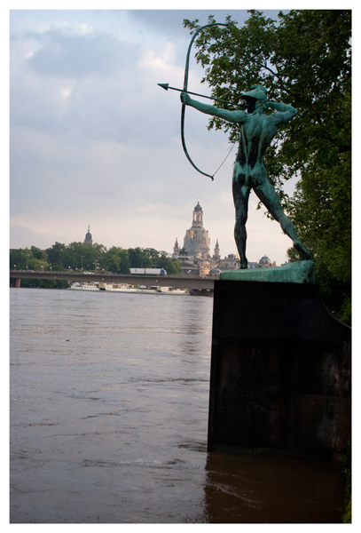 "Der ""Bogenschütze"" am Neustädter Elbufer im Juni 2013.(The archer at the bank of the River Elbe, in June 2013.)"