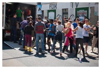 Freiwillige Helferinnen und Helfer in der Leipziger Straße, Äußere Neustadt. (Volunteers in Leipzig street, outer Neustadt.)