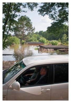 Ein Auto passier eine Sandsackschneise zwischen zwei überfluteten Ortsteilen nahe Dresden, Niedersedlitz. (A car pases a swath of sandbags between to flooded neighbourhoods near Dresden, Niedersedlitz.)