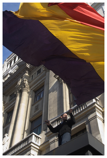 Ein Mann schwenkt die Flagge der 2. Spanischen Republik anlässlich einer Demonstration für die Aufarbeitung der Franco-Verbrechen. (A man waves the flag of the 2nd Spanish Republic on the occasion of a demonstration for the processing of the crimes in the Franco-era.)