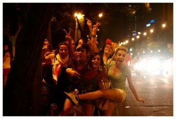 Junge Fußballfans nach einem Sieg der spanischen Nationalmannschaft an dem Paseo de la Castellana, 2010. ( Young football fans after a Spanish national team win at the Paseo de la Castellana, 2010.)