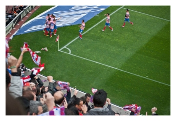 Torjubel bei Atlético Madrid nach einem Treffer im Lokalderby gegen Real Madrid, Madrid. (Celebrations in the fan-curve of Atlético Madrid after a goal against local derby opponent Real Madrid, Estadio Vincente Calderón, Madrid.)