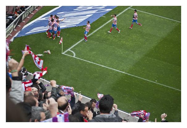 Torjubel bei Atlético Madrid nach einem Treffer im Lokalderby gegen Real Madrid, Madrid, 2013.
