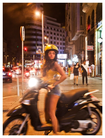 Junge Frau mit Motorroller an der Gran Vía, Madrid. (Young woman with motor scooter on the Gran Vía, Madrid.)