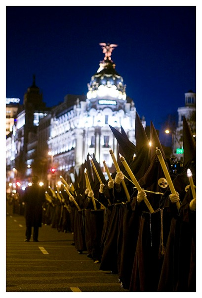 Kirchlicher Umzug einer innerstädtischen Gemeinde anlässlich der Semana Santa, der heiligen Woche zu Ostern, Calle Alcalá, Madrid. (church-related procession in celebration of Easter, Alcalá street, Madrid.)