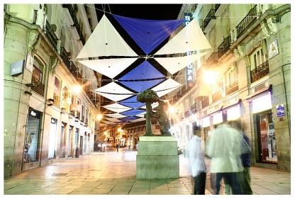 Denkmal des Stadtwappens von Madrid, einem Braunbären, der gegen einen Erdbeerbaum lehnt. Puerta del Sol, Madrid. (, Puerta del Sol with monument of the coat of arms of Madrid, a brown bear leaning against a strawberry tree. Puerta del Sol, Madrid.)