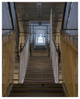 Treppenaufgang zwischen Gefängnis-Ebenen. (stairway between levels of prison.)
