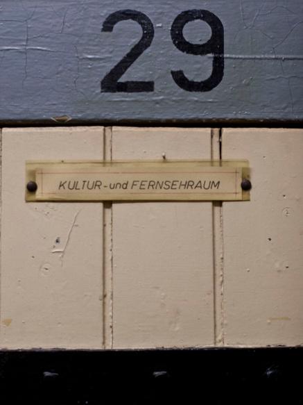 Freizeitraum mit Fernsehen, nur für überdurchschnittlich arbeitsame Gefangene. (Leisure cell room with TV, only for over-average working prisoners.)