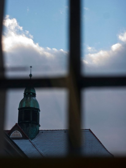 11.45 Uhr: H. sitzt auf dem Bett u. sieht aus dem Fenster. (11.45 o'clock: H. sits on the bed and looks out of the window.)