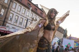 Eine Stelzenläuferin von Lux Aeterna Nahe dem Maximiliansplatz, Bamberg.;