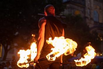 """Zu antreibenden Rock- und Popsongs bringen die """"Feuersterne"""" aus Österreich rhythmisches Feuerspiel mit Akrobatik auf die Bühne, Grüner Markt, Bamberg.;"""