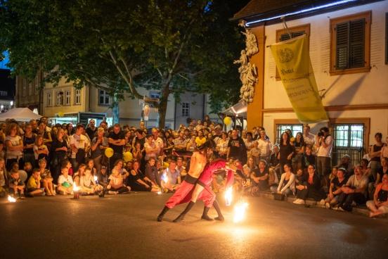 """Die Feuershowartisten von """"Fuego Rojo"""" begeistern ihr Publikum am Geyerswörthplatz, Bamberg.;"""