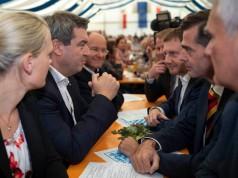 Wahlkämpfer und Ministerpräsident Markus Söder (CSU) mit seinen Gästen Michael Kretschmer (CDU), Ministerpräsident Sachsens, und Mike Mohring (CDU), Landesvorsitzender der CDU Thüringen, am Tag der deutschen Einheit, Mödlareuth. (Electoral candidate and Prime Minister Markus Söder (CSU) with his special guests Michael Kretschmer (CDU), Prime Minister of Saxony, and Mike Mohring (CDU), federal Chairman of the Christian Democratic Union (CDU) in Thuringia, on the day of German unity, Mödlareuth.)