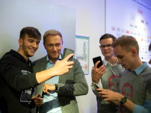 Nach dem Ende der Wahlkampfveranstaltung lässt Christian Lindner, Bundesparteivorsitzender der Freien Demokraten, einige Selfies mit sich machen. (After the end of the election campaign Christian Lindner, federal party chairman of the Free Democrats, makes some selfies.)
