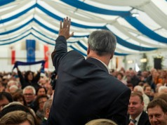 Markus Söder (CSU), Ministerpräsident Bayerns, begrüßt rund 2.000 Gäste im Festzelt, Mödlareuth. (Markus Söder (CSU), Prime Minister of Bavaria, welcomes around 2,000 guests in a large party tent, Mödlareuth.)