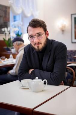 Der Autor und Schriftsteller Lukas Rietzschel im Café am Dom in Banberg.